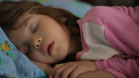 olhos fechados : Little girl sleeping in morning light