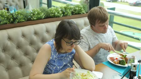 verduras verdes : Young couple in cafe
