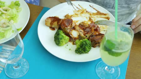 limonada : Man eating meat with broccoli in cafe Vídeos