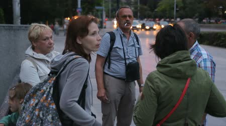 решить : Group of tourist deciding which direction to go