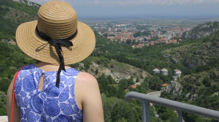 клеть : Tourist on mountain looking down
