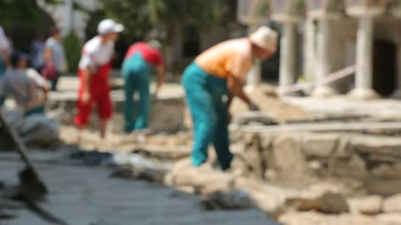 kőműves : Worker making pavement on street