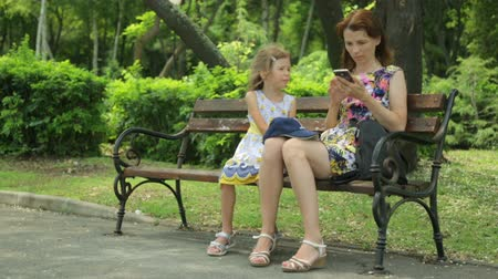 bułgaria : Woman with daughter in public park Wideo