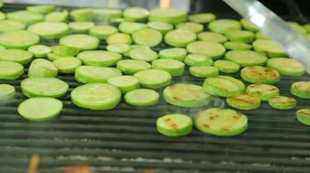 převrátit : Slices of squash roasting on grill