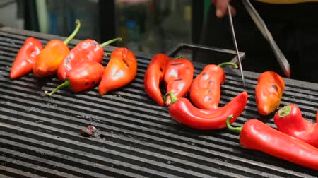převrátit : Red pepper on grill