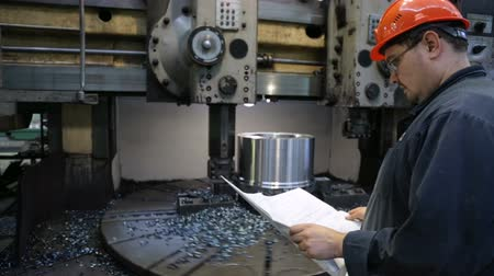 componentes : Workpiece processing on turning-and-boring lathe