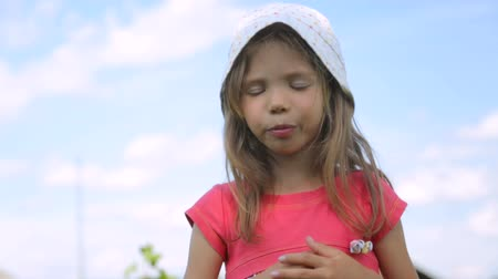 agrest : Little girl eating gooseberry in garden Wideo