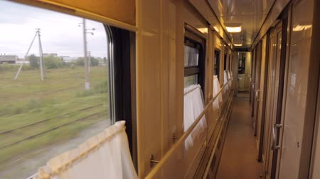 přihrádka : An aisle in a moving train
