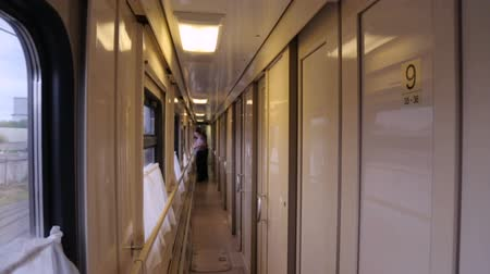 sáně : An aisle in a moving train