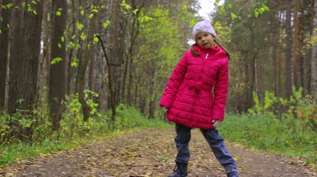 падение : Little girl in autumn park
