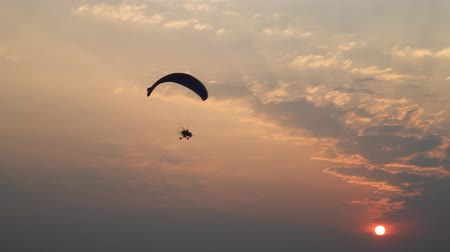 szybowiec : paraglider activity fly with beautiful sunset background