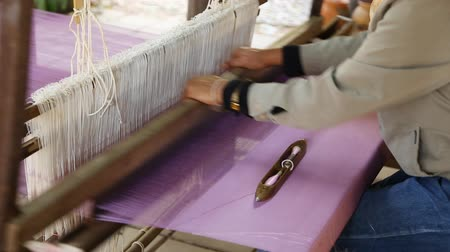 tecer : detail of traditional thai loom at work Vídeos