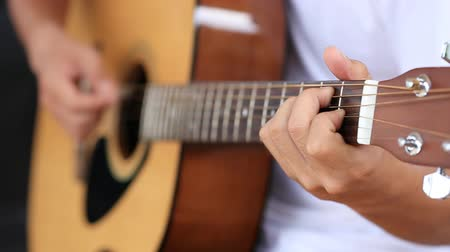 akustik : Close up of hand playing acoustic guitar