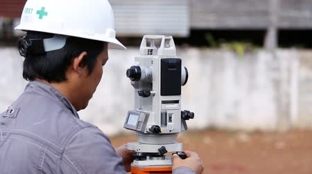 осмотр : Engineers use tacheometer or theodolite for survey line columns for the construction of buildings