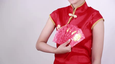 ano novo chinês : hand holding red envelope in concept of happy chinese new year