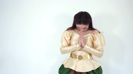 типичный : happy beautiful woman in Thai traditional dress is pay respect Стоковые видеозаписи