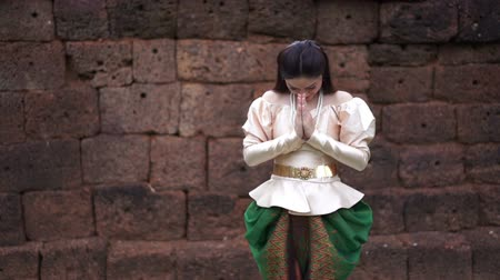 slow motion of woman in Thai traditional dress is pay respect 影像素材