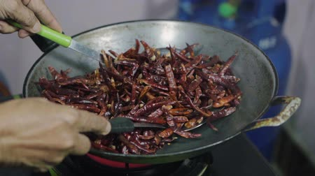 перец чили : cooking dried red chilies in pan, Thai food Стоковые видеозаписи