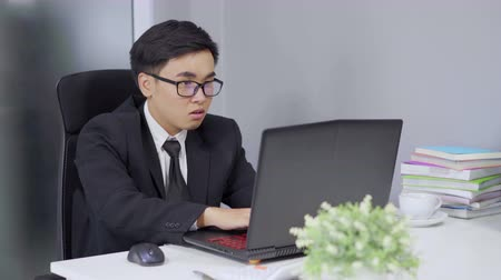 fatto : happy successful young businessman using laptop computer Filmati Stock