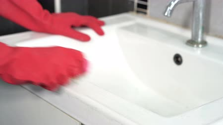lavatório : hand cleaning bathroom sink with brush Stock Footage