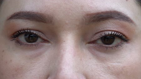 szempillák : close up of slow-motion woman eyes