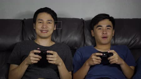 konsola : two man playing video games and wins