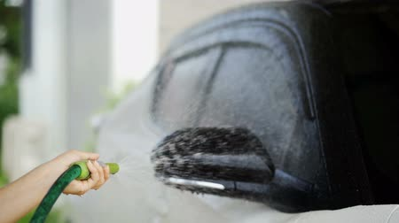 lavagem : slow-motion of car washing with spray water