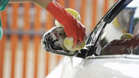 gąbka : hand holding sponge washing side mirrors of a car Wideo