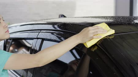 myjnia samochodowa : woman with microfiber cloth cleaning  a car roof Wideo