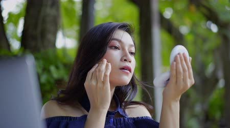 bafat : woman applying makeup with powder puff Dostupné videozáznamy
