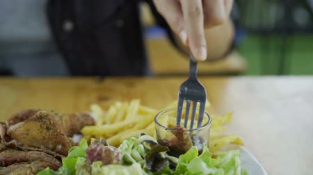 bıçaklamak : slow-motion of fried chicken with sauce for dipping on a fork