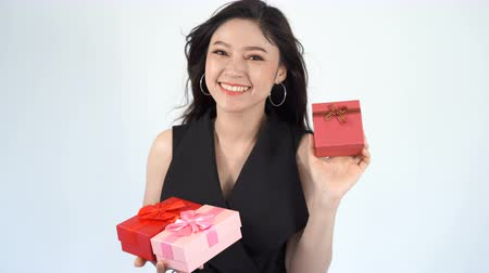 pátek : happy woman with gift box
