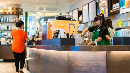 franczyza : NAKHON RATCHASIMA, THAILAND - 28 SEP 2018 : time lapse of Starbucks Reserve customers inside Teminal 21 Mall at Nakhon Ratchasima, Thailand