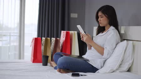 péntek : stressed woman using tablet and having problem for online shopping in the bedroom