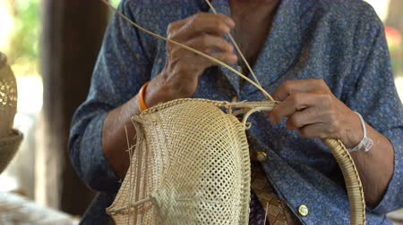 編まれた : hand weaving a bamboo basket