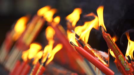 saygı : slow-motion of flame from burning red chinese candle in the temple Stok Video