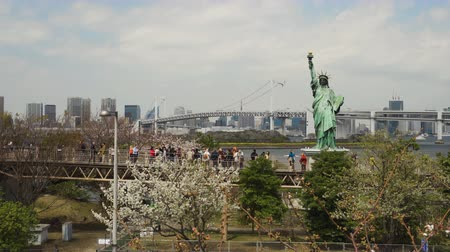 freedom tower : TOKYO, JAPAN - MARCH 28, 2019: Unidentified tourist visited the Statue of Liberty and Rainbow bridge at Odaiba in Tokyo, Japan