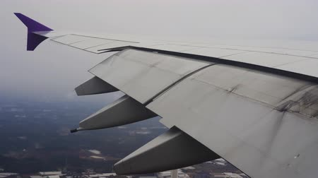 aeroespaço : Wing of airplane flying in the sky while landing at the airport Vídeos