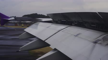 aeroespaço : Wing of airplane flying and landing flaps at the airport Vídeos
