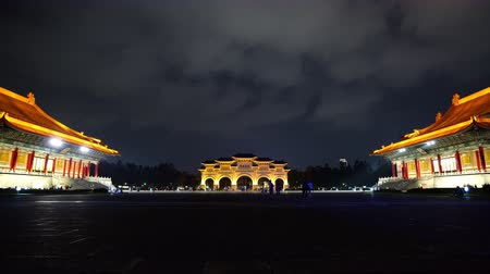основной : Liberty Square of Chiang Kai-Shek Memorial Hall at night in Taipei, Taiwan. the famous landmark with popular travel of tourists visiting Taiwan. Стоковые видеозаписи