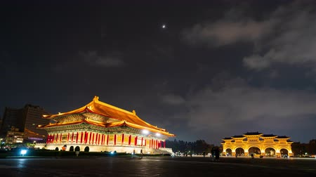 salle de concert : time lapse of National Theater Hall and Liberty Square main gate of Chiang Kai-Shek Memorial Hall at night in Taipei, Taiwan Vidéos Libres De Droits