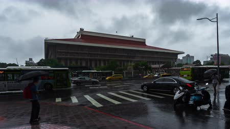 yağmur yağıyor : Taipei, Taiwan- 11 June, 2019: time lapse of Taipei Main Station with falling rain in Taipei, Taiwan Stok Video