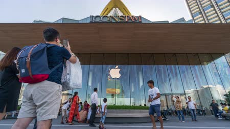siamês : Bangkok, Thailand - Jul 28, 2019 : time lapse of the Apple Store at ICONSIAM with a crowd of people Stock Footage