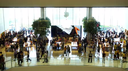 siamês : Bangkok, Thailand – Jul 28, 2019 : the Apple Store at ICONSIAM with a crowd of people in Bangkok, Thailand.