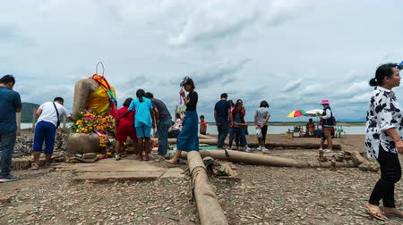 csökken : Lopburi - August 24,2019 : time lapse of people visit the ruins of Nong-Bua temple under the water of Pasak Jolasid Dam after the water reduced in Lopburi, Thailand Stock mozgókép