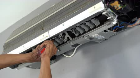 schroevendraaier : Technician service using screwdriver to repairing air conditioner indoors