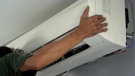 schroevendraaier : Nakhon Ratchasima, Thailand – Sep 1, 2019 : Technician service repairing air conditioner indoors