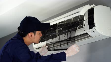 filtro aire : technician service removing air filter of the air conditioner for cleaning