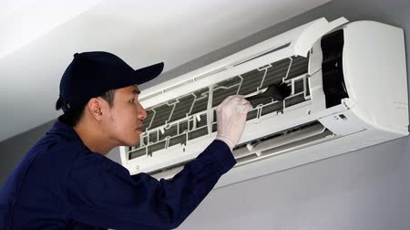 ayarlama : technician service cleaning the air conditioner indoors Stok Video