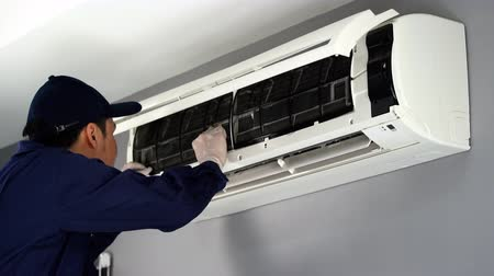 chladič : technician service placing back clean filter into air conditioner